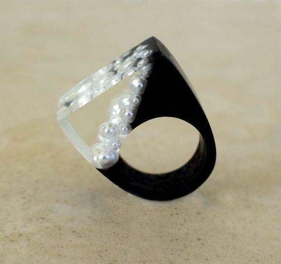 Harz-Ring, der fallende Perlenring, 3D schwarze Ringe, Natur Scape skulpturale Landschaft Ringe, Fantasy Ringe, exklusiv bei ResinHeavenUSA einzigartige Designs für einen modernen Lebensstil Kaskadierende Perlen immer eingebettet in kristallklarem Harz Form das Drama in diesem 3D Skulptur-Harz-Ring. Ich hatte einen Traum, wo Perlen Glas fallen und fallen, und als ich erwachte ich wusste ich hatte The Falling Perle Ring zu schaffen. Jeder Ring wird etwas anders aufgrund der Beschaffenheit…