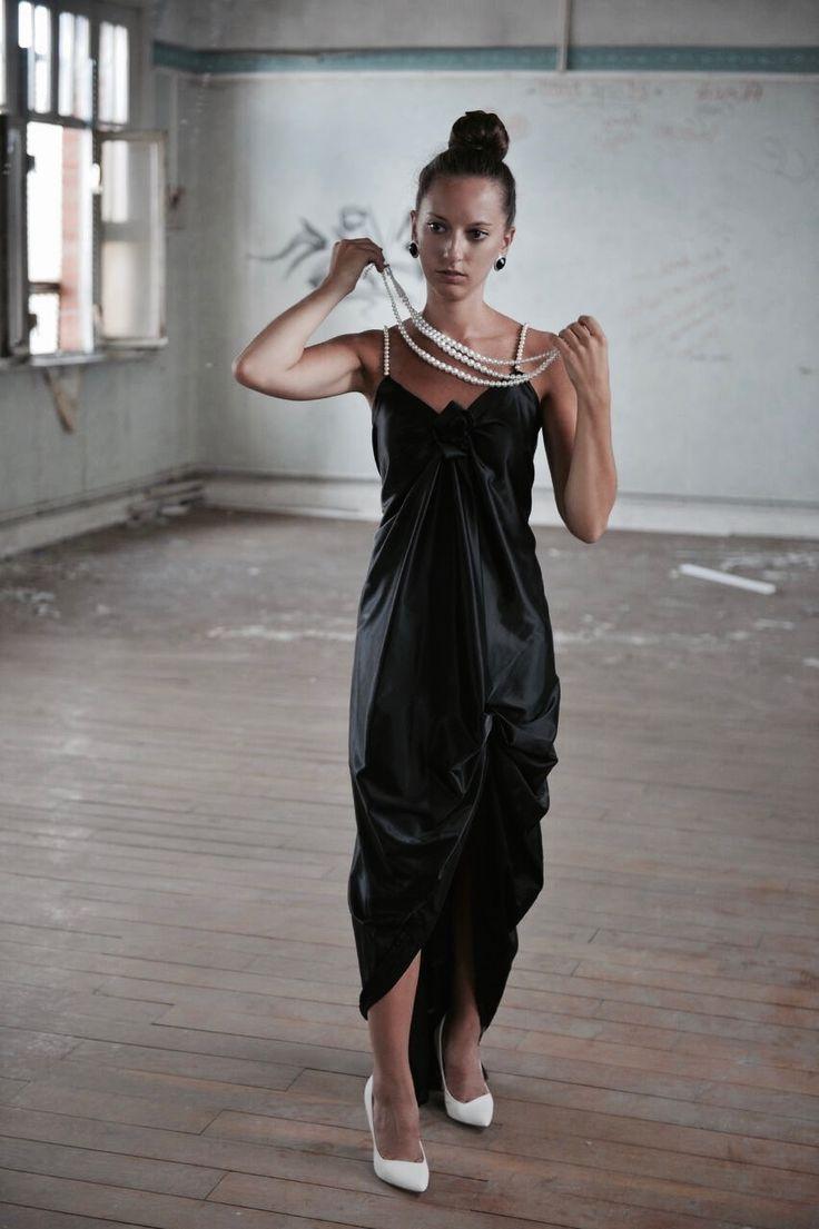 Robe de soirée type gala en satin duchesse noir et bretelles perlées.  Modèle : La Classique  Création ; Marine Guillemette