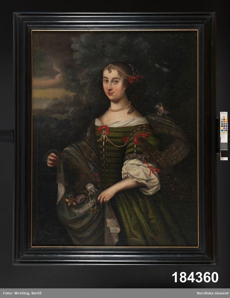 """Porträtt av okänd dam (liknande drottning Kristina); Pärlor i håret, om halsen och på livet. Hängande lockigt hår. """"1600-talets mitt."""""""