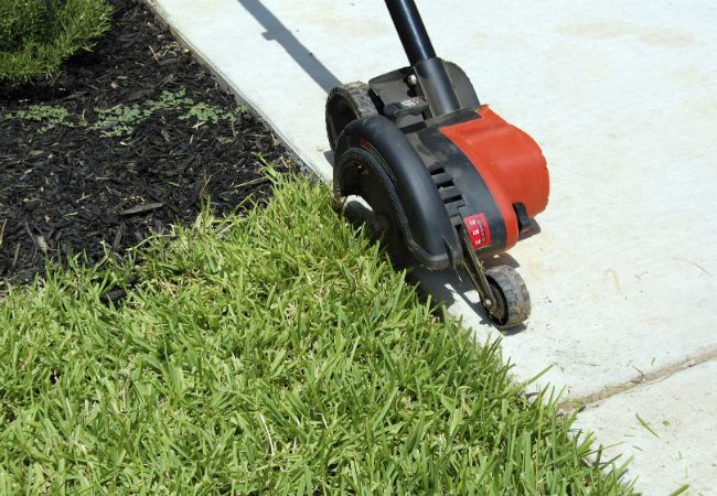 How to edge a lawn – whether you decide to use a power edger or a manual edger