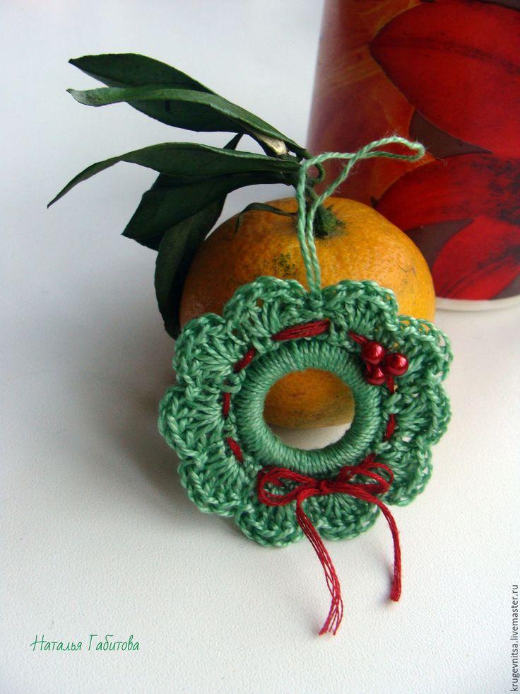 """Купить Декоративный элемент """"Рождественский венок"""" - зеленый, красный, красная лента, красные бусины"""
