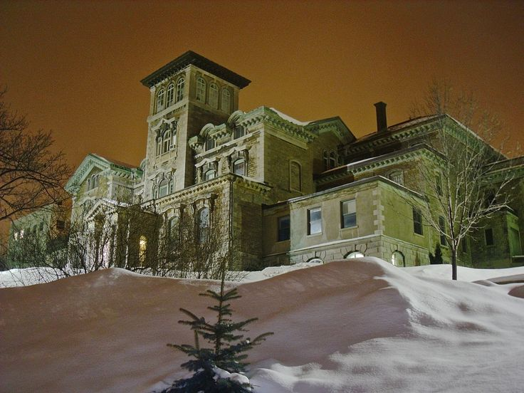 Overlooking Montreal, Ravenscrag houses a psychiatric institute where, as part of the CIA's MKUltra program, controversial electroshock and drug experiments were carried out on unwilling patients.