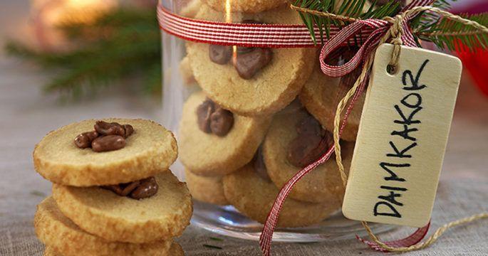 Vi bjuder på recept, tips och inspiration för dig som älskar att laga mat och baka.Hos oss hittar du allt frånlättlagad,snabb och billig vardagsmat till kompletta festmenyer, nyttig och kaloriberäknad smalmatoch klassisk husmanskost. Gillar du att baka kan du frossa i recept på kladdkaka, långpannekakor, muffins, godiskakor, bröd och mycket mer. Oavsett vilken typ av recept du är på jakt efter kan vi garantera att du hittar det hos oss!