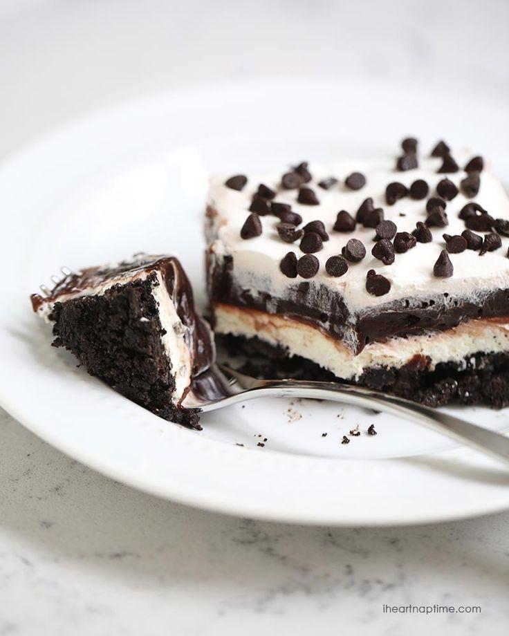No bake chocolate lasagna recipe on iheartnaptime.com -layers of crushed oreos, cream, chocolate pudding and chocolate chips!