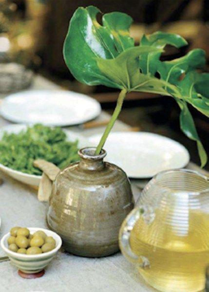 Werk tuintafels en kleine bijzettafels af met een vaasje bloemen of kleine poterie voor een gezellige twist.
