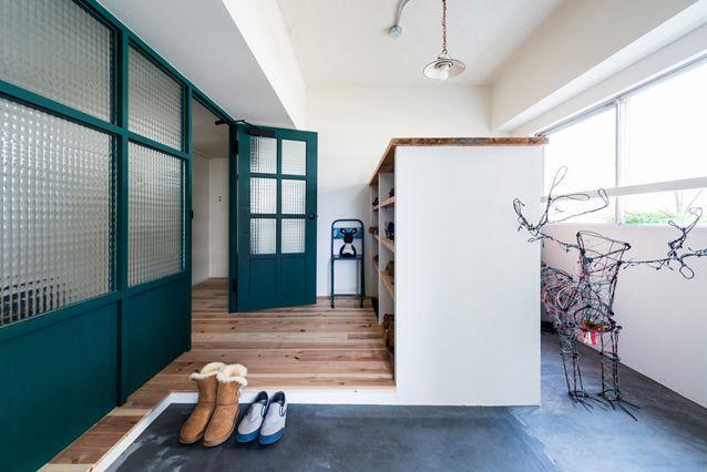 メインの玄関はおよそ6畳。窓際にはアウトドア用品を収納している。