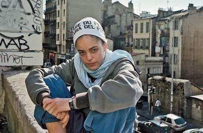 Keny Arkana est né le 20 décembre 1982 à Boulogne-Billancourt (France),  J'ai choisi de Keny Arkana par être une brave femme. Keny vivait dans des foyers d'accueil, mais Keny  vivait également dans la rue... Ils ont accusé Keny d'anticapitaliste, révolutionnaire pour sa chanson « la rage du peuple » simplement par exprimer sa vision du monde ou le gouvernement et l'économie...Keny Arkana  est une femme Français qui aide les autres qu'avec sa musique.