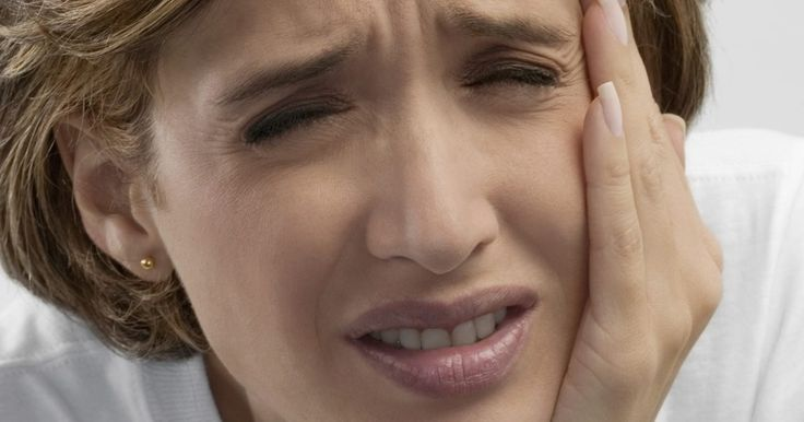 Cómo controlar un dolor de dientes antes de un tratamiento de conducto. Un tratamiento de conducto es un procedimiento que se usa para tratar y salvar un diente que está muy deteriorado o infectado. El nervio y la pulpa son eliminados y el interior del diente es limpiado y sellado. Si necesitas un tratamiento de conducto, especialmente si la caries ha llegado al nervio, es probable que tengas un dolor agudo de ...