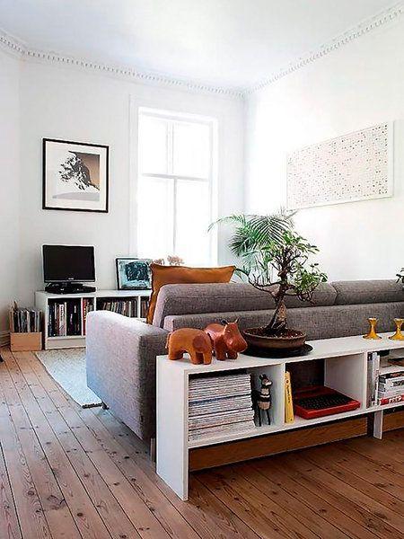 Una estantería tras el sofá