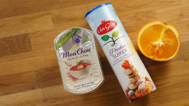 easy frosting recipe_01  halve sinasappel, poedersuiker en pakje mon chou   rasp wat van de schil van de sinasappel, pers de sinasappel met de hand uit. mix dit met het pakje mon chou en poedersuiker naar smaak en voila! eventueel nog wat vanille, maar dit is optioneel.