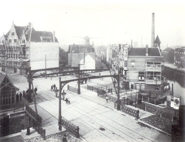 Hier is de nieuwe Aelbrechtsbrug gereed. Er wordt nog gebouwd aan de huizen aan de Schiedamseweg.