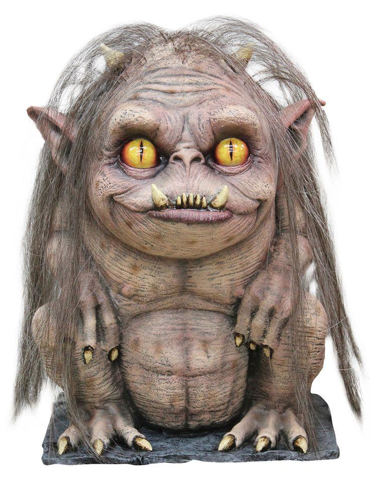 Kleiner Dämon Halloween Dekofigur grau 33x23x28cm. Aus der Kategorie Halloween Partydeko / Halloween Deko-Figuren. Sie suchen ein neues Haustier und ein Hamster oder Meerschweinchen ist Ihnen einfach zu langweilig? Wie wäre es mit dieser Schreckensgestalt? Die Dämonen-Figur benötigt weder einen Käfig, noch müssen Sie das Monster füttern. Seine Beute fängt das Dämonen-Baby nämlich ganz allein... und es ist hungrig. Äußerst hungrig.