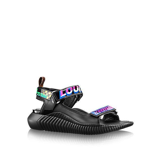 Познакомиться с Louis Vuitton Сандалии Underwater  Удобные и стильные сандалии из мягкой кожи ягненка, в которых технологичная подошва из каучука сочетается с ремешками с узором, навеянным гоночными соревнованиями.