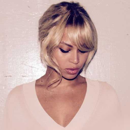 EVERYBODY STOP. Queen Bey has a new 'do... and it's banging. Literally.