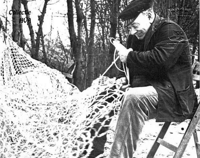 De oud-visser Dies van Belzen is netten aan het breien