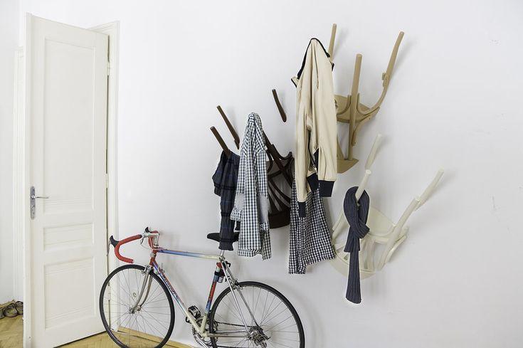 Esta idea está increíble! Una manera practica de reutilizar sillas viejas! Solo tienes que asegurarlas a la pared con clavos o tornillos ¡Y listo! Puedes utilizarlo para tus bufandas, corbatas, bolsos, chaquetas, etc.