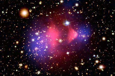 Mörk materia syns som lila moln när två galaxer kolliderar.