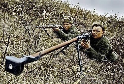 Des soldats avec un Mosin Nagant & PTRD 14.5x114mm fusil antichar russe. -