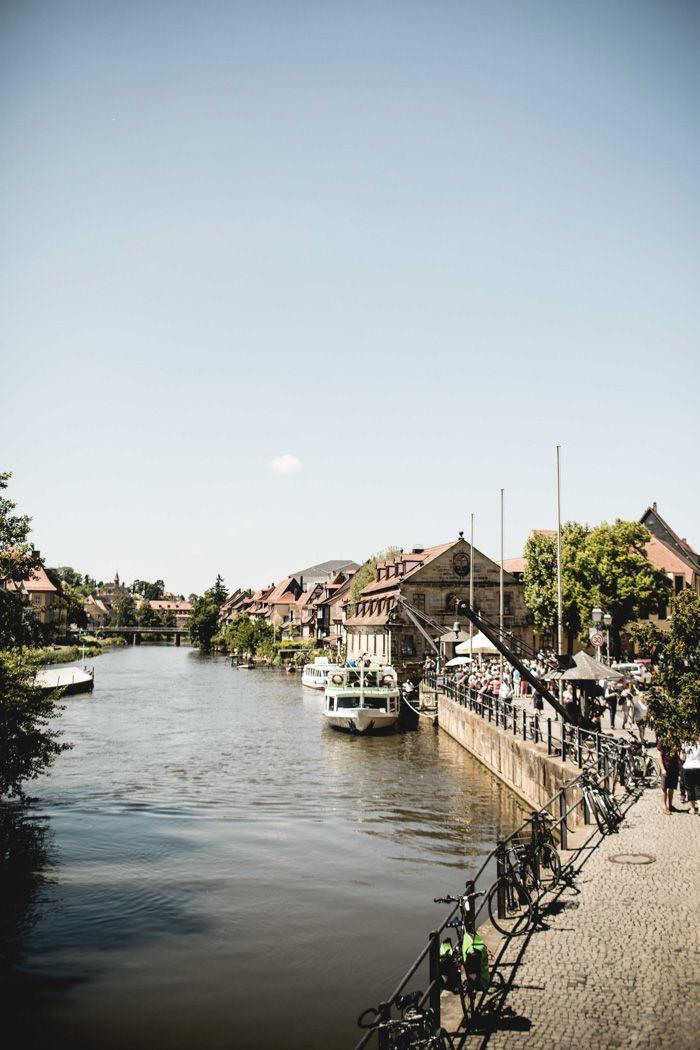 Ihr sehnt euch nach einem Kurzurlaub? Wie wäre es mit einem Abstecher in die schöne Stadt Bamberg? Hier findet ihr Gassen mit jeder Menge Kopfsteinpflaster, süße Cafés und die Fränkische Küche ist auch zu empfehlen.