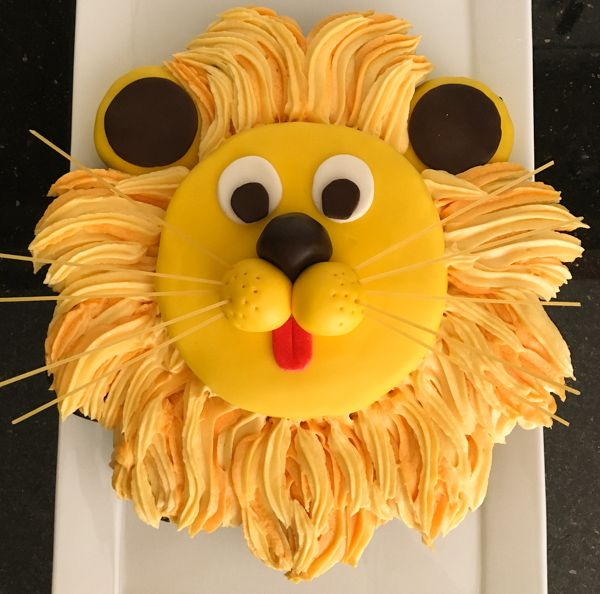This lion cake will be the hit at your kid's next birthday party. The simple pull-apart cupcake design is an easy and fun way to serve this 'roaring' cake!