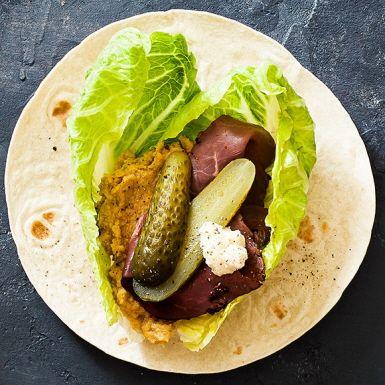 En supersnabb wrap, perfekt för sommarens picknickar. Med färdig hummus behöver du bara blanda i rivig pepparrot och spiskummin och montera ihop. Saltgurkan gör rostbiffwrapen saftig och ger skönt tuggmotstånd.