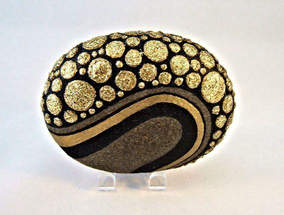 Signé numéroté, Unique 3 D objet dArt, de la main peint Rock, décoration, Art, Motif galets, peinture acrylique métallisée or et paillettes, sur fond