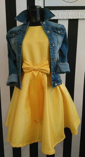 Vestido amarillo con cazadora en denim