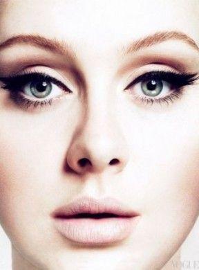Make up occhi: un trucco da gatta per Adele su Vogue USA