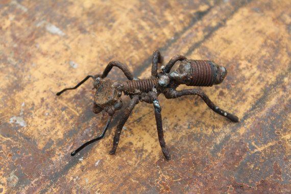 Petite fourmi en métal de ferraille – sculpture d'insecte de 3″ – fourmi rouge commune – Matériaux récupérés – Recyclé – Répurposed