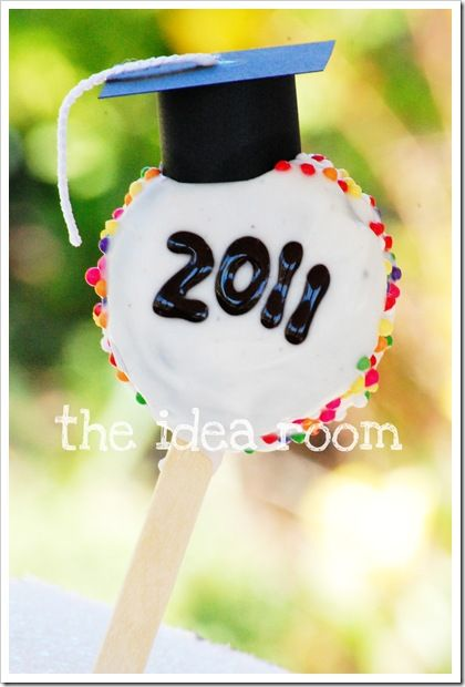 Graduation Oreo Cake Pops    I'm going to find something edible for the hat & use cut fruit rollups for the tassle.