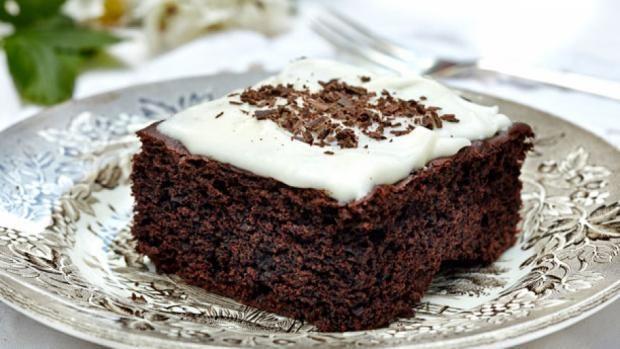Svampet chokoladekage med glasur | Opskrift | SØNDAG