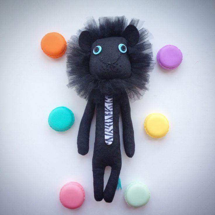 Встречайте мой новый почти монохромный друг. Утяжелен гранулянтом. Ручки двигаются. Галстук как вы понимаете из тушки съеденной на завтрак зебры)) я не жестокая, просто законы выживания в дикой природе такие. Черный лев. Самый редковстречающийся вид львов на планете. Даже альбиносов больше)) #яшью #интерьернаякукла #интерьерныеигрушки #игрушкиручнойработы #игрушкиизткани #игрушкисвоимируками #текстильныеигрушки #игрушки #лев #творчество #хобби #своимируками #хендмейд #черныйлев #рукоделие