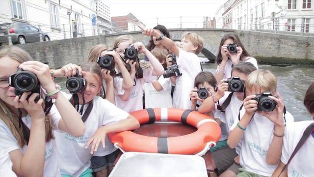 Clickit organiseert fotografiekampen voor kinderen tussen 8 en 14 jaar tijdens alle schoolvakanties in Brugge, Gent, Antwerpen en Leuven. Uw kind ontdekt, speelt en beleeft de wereld van de digitale fotografie. De kinderen leren zelf op een actieve manier beelden maken en bewerken. Samen met professioneel geschoolde fotografen geven wij de kinderen een onvergetelijke leerervaring.