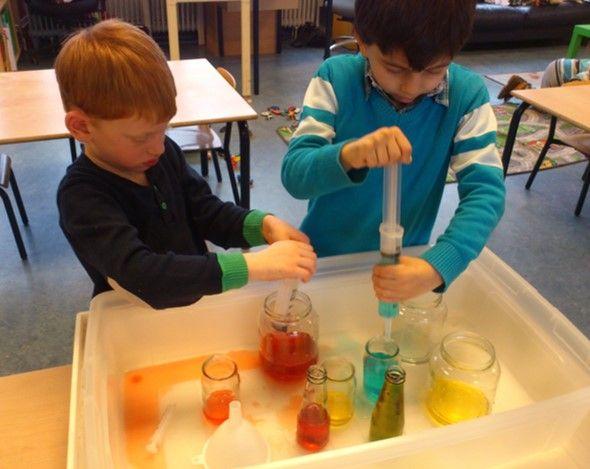 medicijnen maken.  Experimenteren met kleuren mengen en spuitjes.