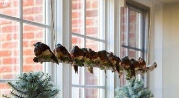 Leuke raam hanger gemaakt met een houten berkenstam. Berkenstammen verkrijgbaar op www.decoratietakken.nl
