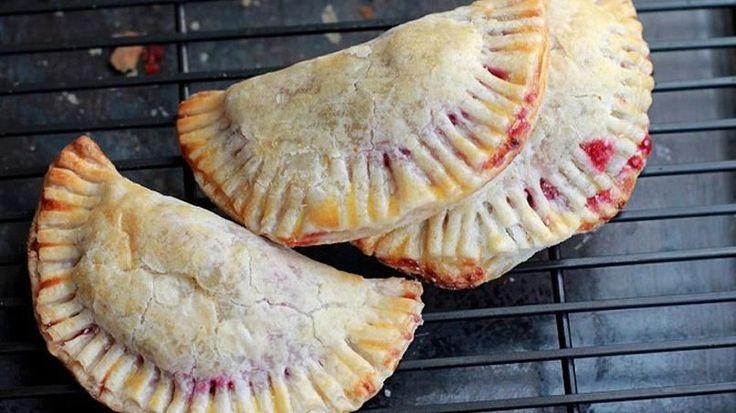 Quién se hubiera imaginado que algo tan sofisticado fuese tan delicioso. Estas empanadas se caracterizan por su combinación agridulce gracias a los arándanos y el queso brie. Seguro que se convertirán en las favoritas en tu casa. Puedes hacer una versión más rápida si compras la salsa de arándanos hecha, o puedes ponerte creativo y adaptarla a tu gusto. La textura suave y cremosa del queso brie se disuelve entre la salsa consistente de arándanos. Envuelve todo eso es una masa crocante y…