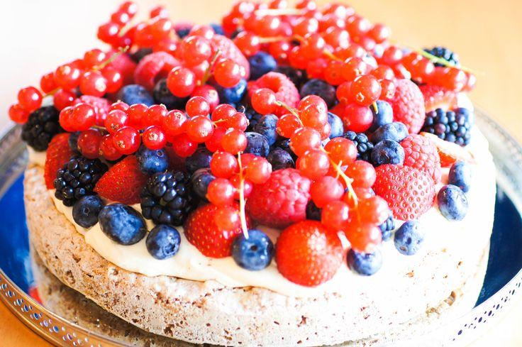 Herlig kake med luftig vaniljekrem og bær på spennende kakebunn laget med Ritzkjeks og valnøtter!