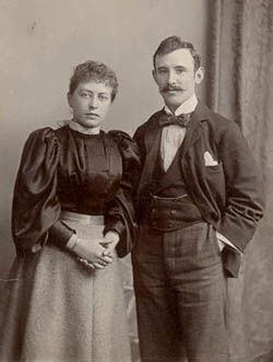 1890s fashion - the sleeves on the women's dress
