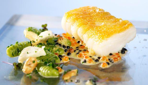 Stekt torsk med hjemmelagd gnocchi og pozusaus. Server den med cashewnøtter og artisjokk for det perfekte festmåltid. #fisk #oppskrift