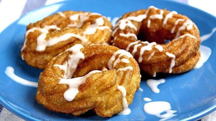 Pączki wiedeńskie są delikatną odmianą pączków. Są lekkie, jednocześnie mięciutkie i miejscami chrupiące. Udekorowane polewą lukrową lub czekoladową wyglądają kapitalnie a smakują nieziemsko.  #pączki #tłustyczwartek