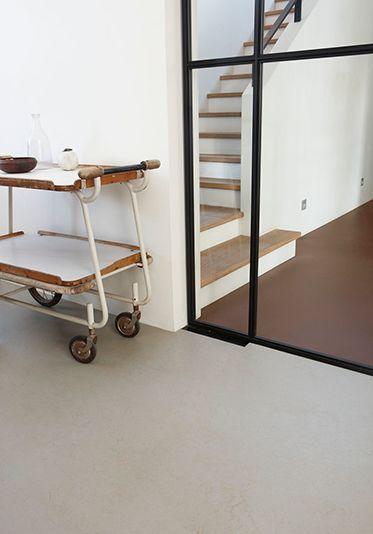 Marmoleum 3706 Beton en 3365 Original Brown. #debinnenhuisadviseurs #novilon #vloerinspiratie
