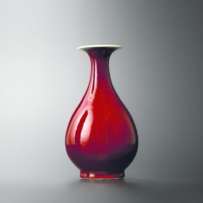 "Vaso con coperta ""sangue di bue "" forma yuhuchun. Epoca Qing, era Kangxi (r. 1661-1722) H. 24,5 cm   CB.CC.1932.292"
