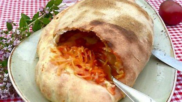 calzone - indbagt pizza - med champignoner og hjemmelavet tomatsauce