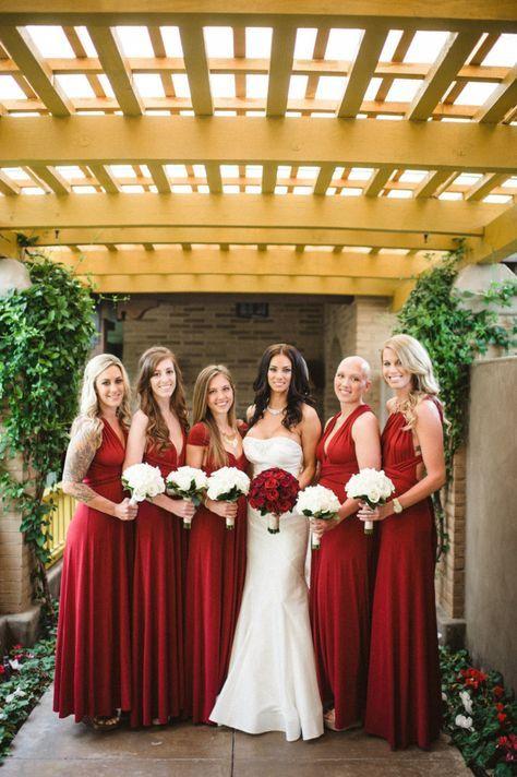 Vestidos de damas de honor color rojo vino. Encuentra más en https://bodatotal.com/