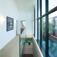 Vorraum Obergeschoss - Ausgang Dachterrasse: moderner Flur, Diele & Treppenhaus von von Mann Architektur GmbH