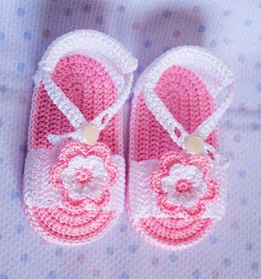 Sandalias rosas con diademas de ganchillo para bebé