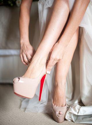 На лабутенах»: свадебная обувь с легендарной красной подошвой