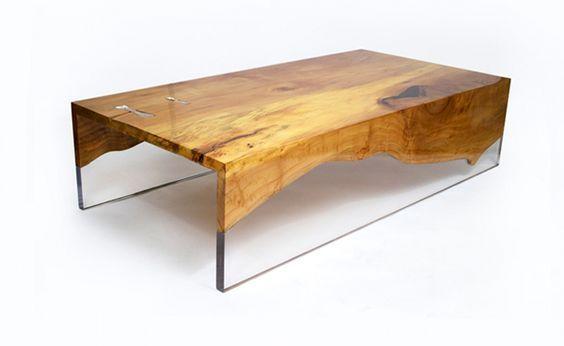 Banco em madeira maciça com preenchimento em resina.