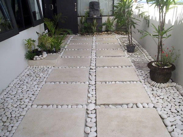 Une entrée de maison en dalle de marbre et des galets. Travail remarquable de pierre.