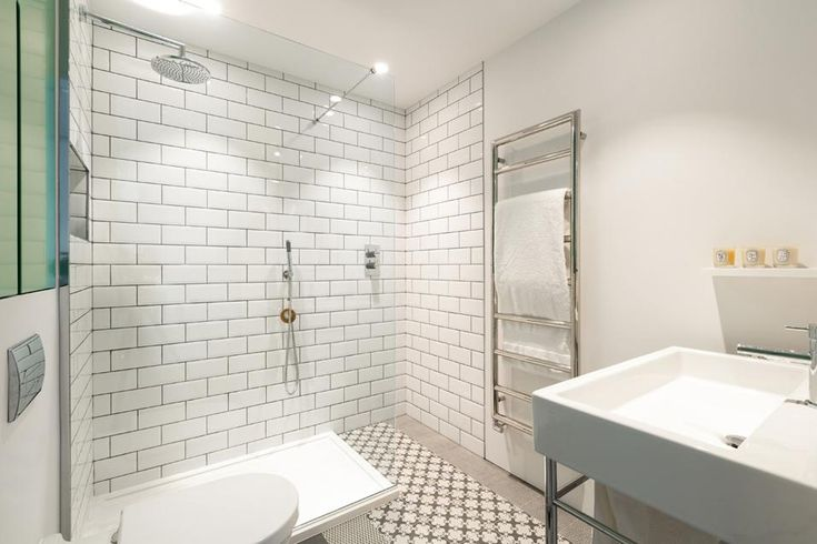 """IL BAGNO Nei bagni, a terra sono posate ceramiche decorate di Surface. A parete, invece, Morris ha voluto ricreare l'effetto """"metro di Parigi"""" con ceramiche rettangolari bianche. Dettaglio di stile: per profumare l'ambiente solo candele Diptique."""